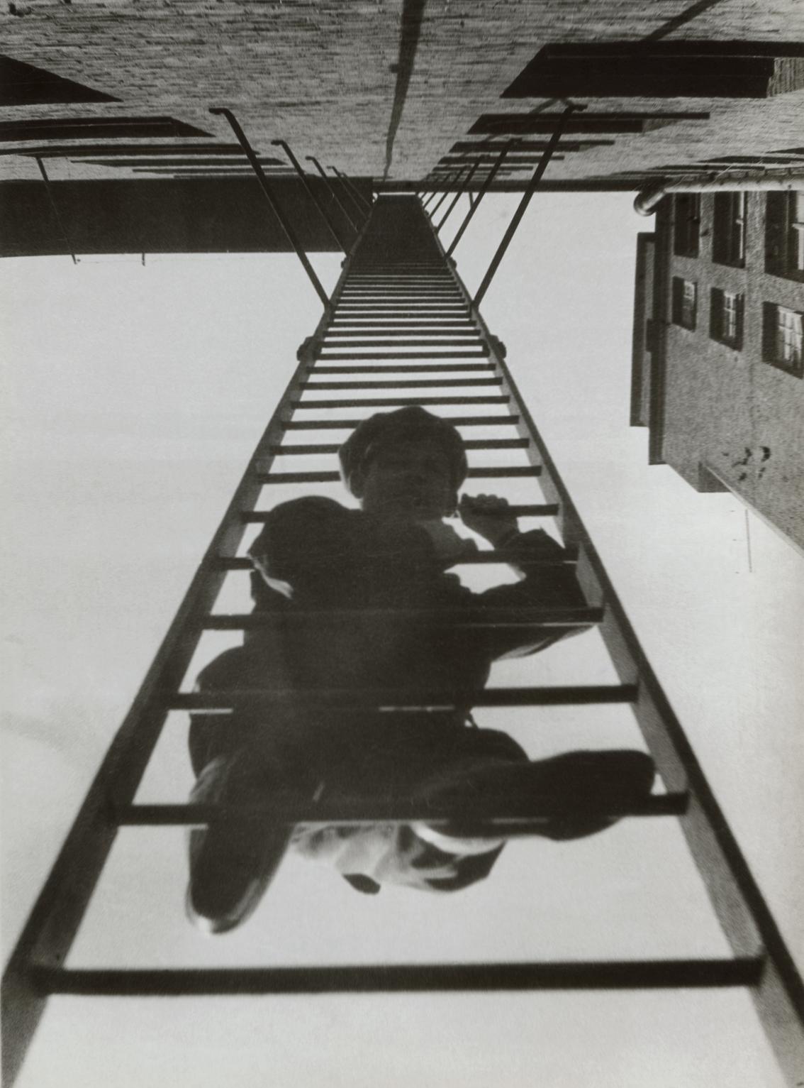 rodczenko-schody-pozarowe-z-mezczyzna