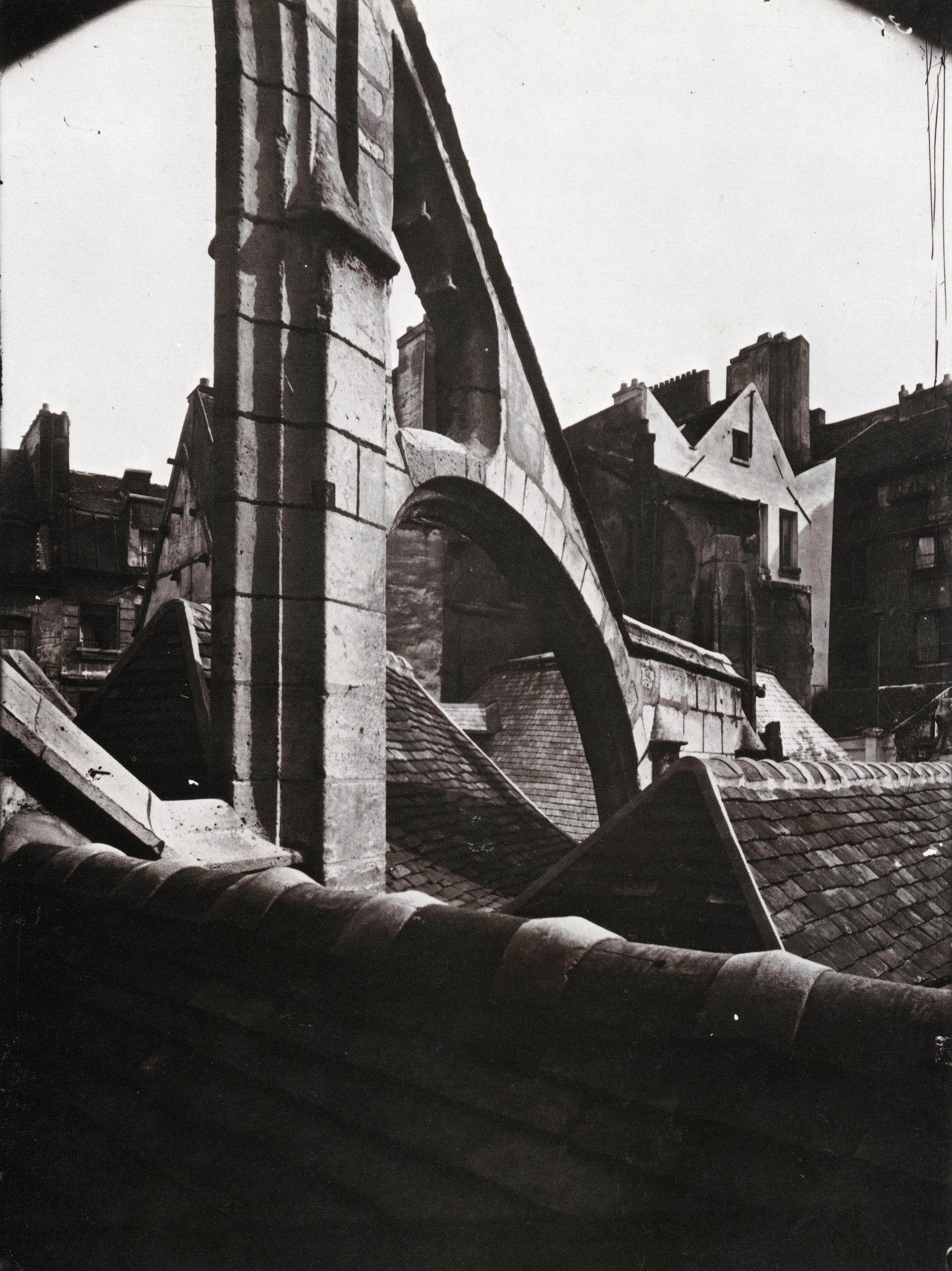 atget_Église Saint-Séverin, un arc-boutant, vu des toitsdes bas-côtés_p77