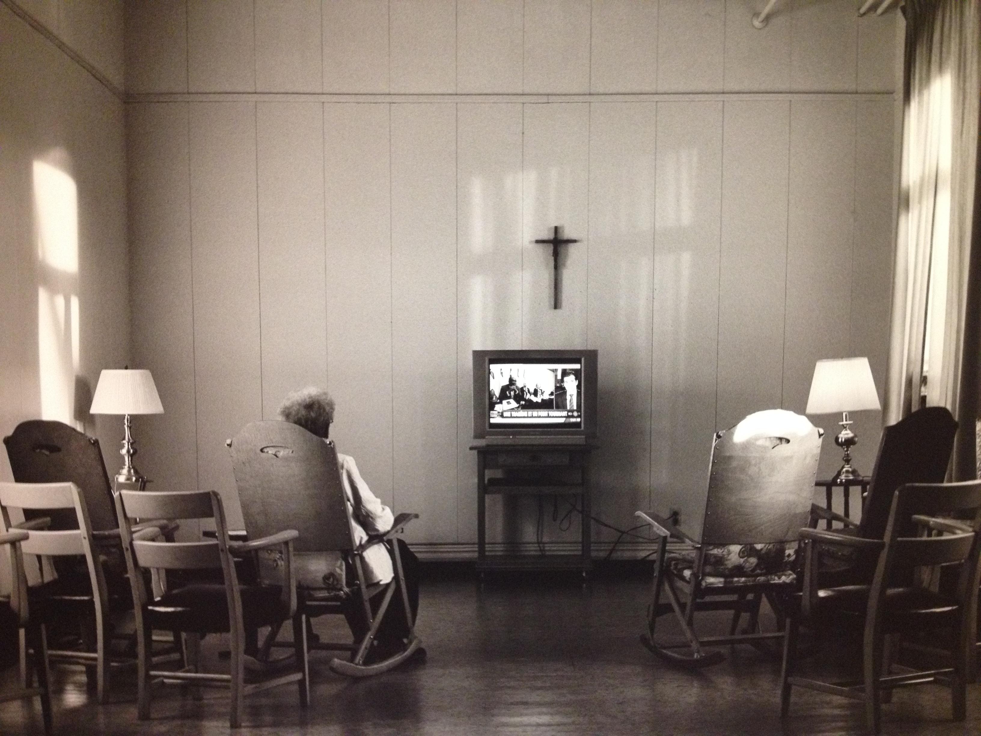 alicia lorente_le temps révélé_salle de télévision